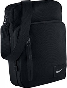 bb86d4667c Nike a conçu cette petite sacoche pour homme au style urbain pour ceux qui  souhaitent se munir de leurs objets de valeur dans tout leur déplacement  sans ...